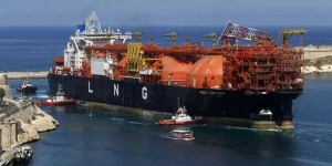 Birth of Another LNG Giant Shows Majors' Edge Over Traders